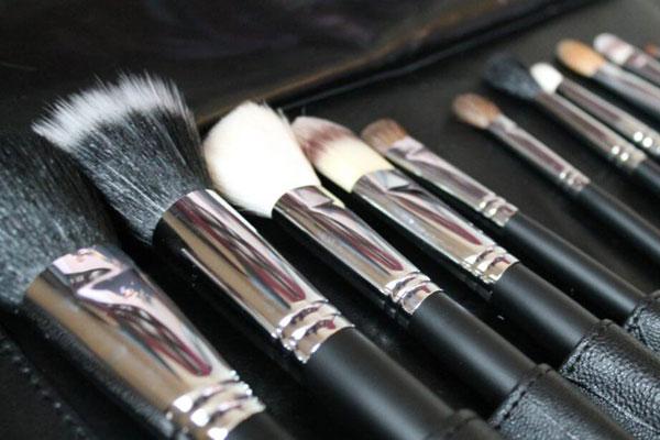 Πως να καθαρίσεις σωστά τα πινέλα του μακιγιάζ